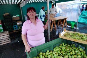 Marktfrau mit Birnen